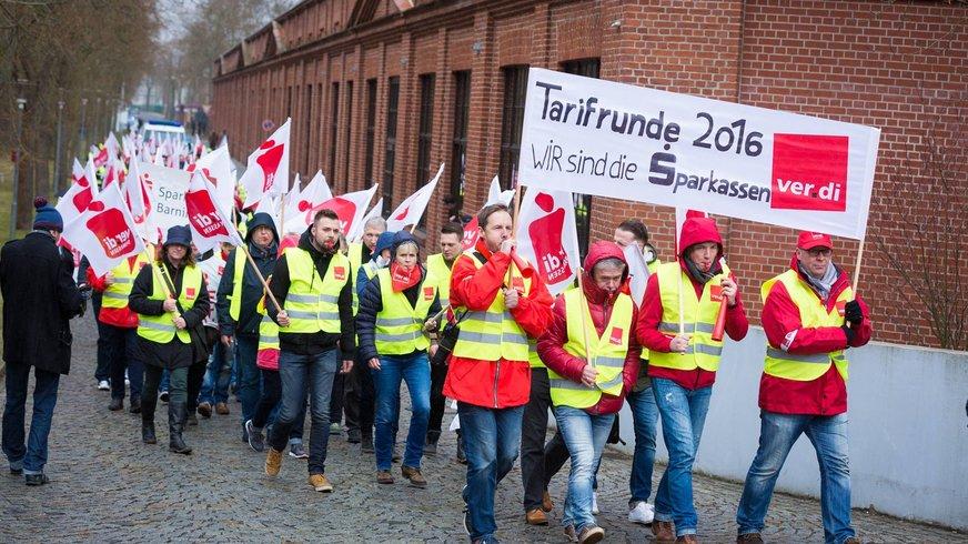 Am 21. März 2016 haben in Potsdamdie Tarifverhandlungen für 2,14 MillionenBeschäftigte des öffentlichenDienstes von Bund und Kommunenbegonnen.