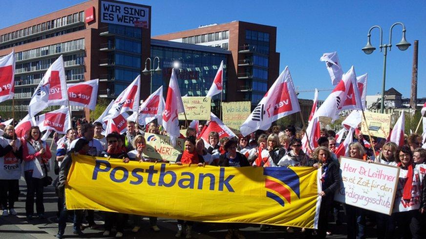 Streikdemonstration Postbank Filialvertrieb aus Sachsen, Sachsen-Anhalt und Thüringen am 20. April 2015 in Berlin vor der ver.di Bundesverwaltung