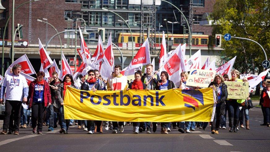 Streikende am Zug. Hier vorm Berliner Ostbahnhof am 20. April 2015