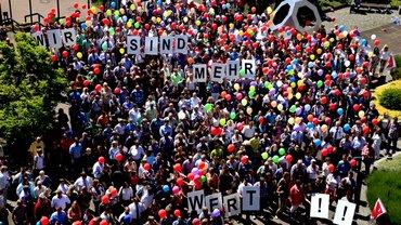 die Kreditservicegesellschaft (BHW KSG) demonstriert für höhere Gehälter und bessere Arbeitsbedingungen am 5. Juni 2015 in Hameln.