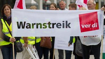Warnstreik der Beschäftigten im Versicherungsgewerbe am 13. Mai 2015 in Hannover.