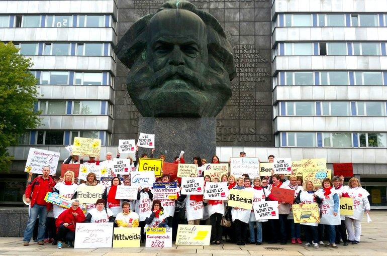 Streikende vor dem Karl-Marx-Denkmal in Chemnitz