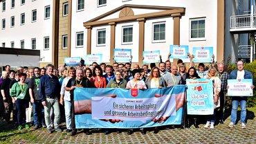 Die Kolleginnen und Kollegen aus den Geno-Banken zeigen sich solidarisch mit den Streikenden der Postbank.