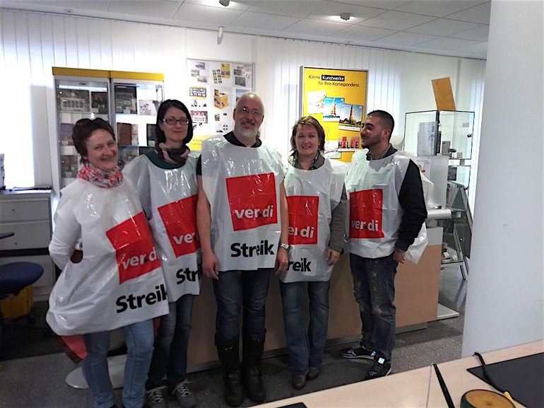 Streikposten in München in ihrer Filiale der Postbank