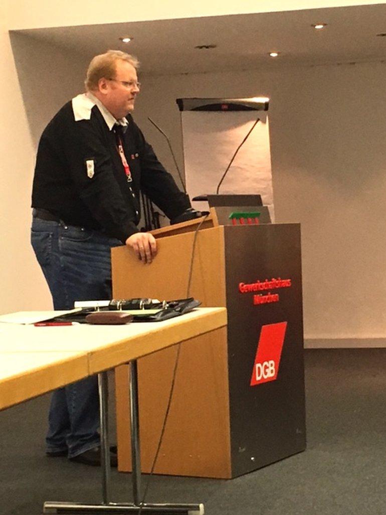 Ein Redner beim Streik im Backoffice der Postbank in München
