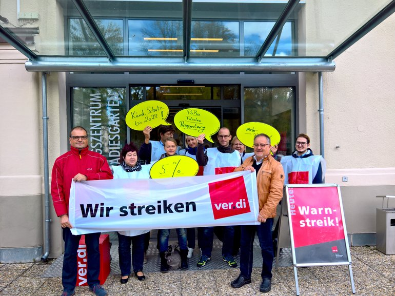 Bild vor dem Streiklokal im Gewerkschaftshaus Regensburg. Vorne Otto Pflaume und Udo Hartl.