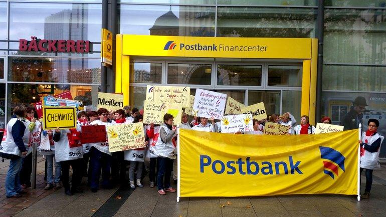 Streikposten vor einer Postbank in Chemnitz