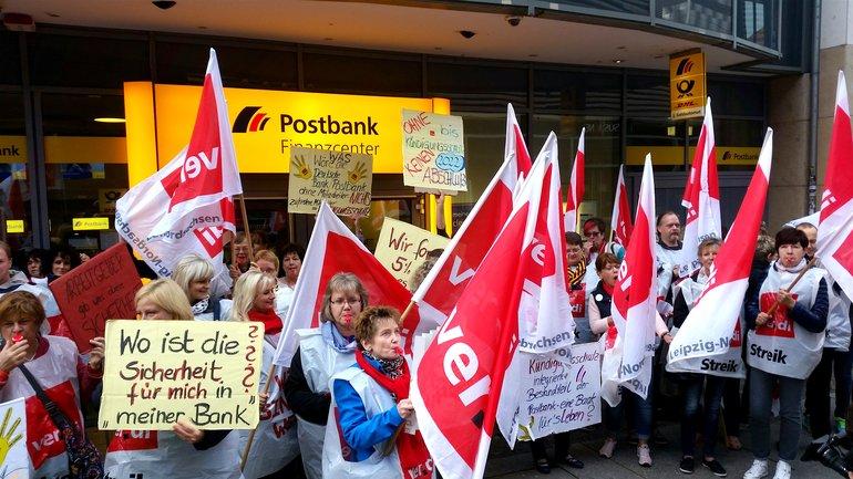 Streikende der Postbank in Leipzig