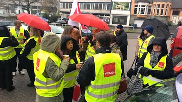 Streikende bei der DB Direkt in Essen