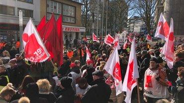 Warnstreiks in Essen mit Beteiligung der Sparkassen-Beschäftigten (20.03.2018)