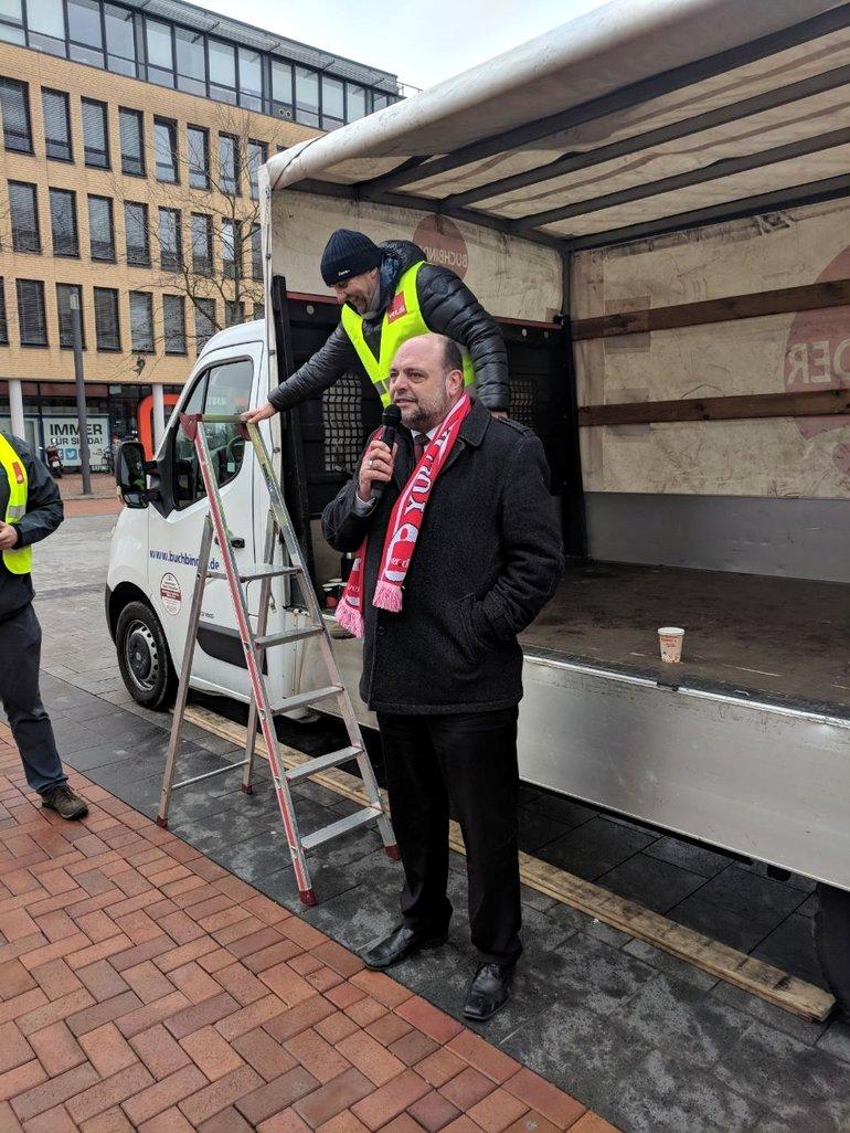 Lünen im Warnstreik: Michael Bergmann wies vor Ort auf die besondere Situation bei den Sparkassen hin.