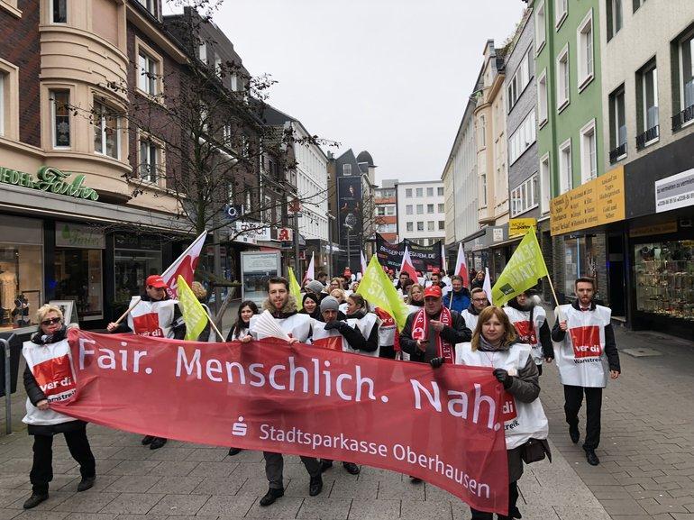 Beschäftigte der Sparkasse beim Demomarsch in Oberhausen zur TRöD 2018 (21.03.2018)
