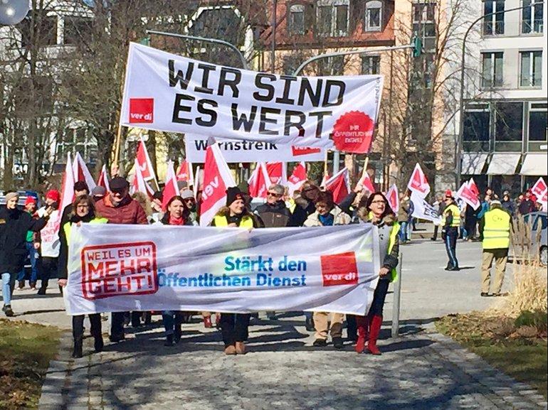 Sparkassenbeschäftigte unterstützen die Warnstreiks zur TröD in Weiden (21.03.2018).