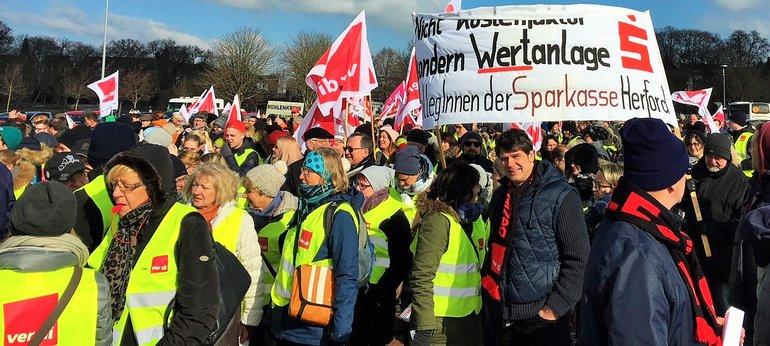 Sparkassenbeschäftigte aus Herford im Warnstreik in Minden (20.03.2018)