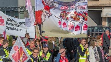 Sparkassenbeschäftigte beim Warnstreik zur TRÖD in Kassel (10.04.2018)