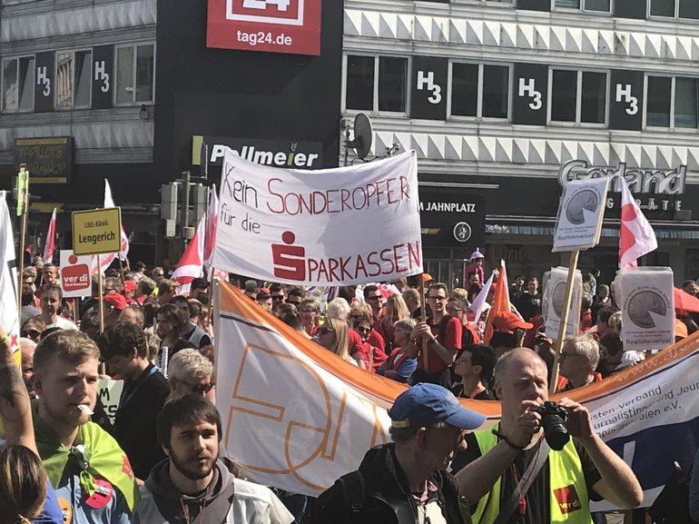 Sparkassenbeschäftigte beim Warnstreik zur TRÖD in Bielefeld (10.04.2018)