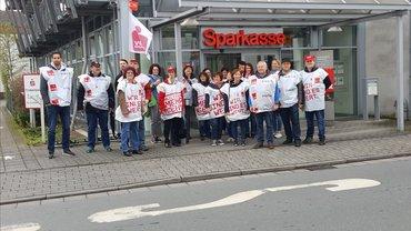 Sparkassenbeschäftigte beim Warnstreik zur TRÖD in Darmstadt (10.04.2018)
