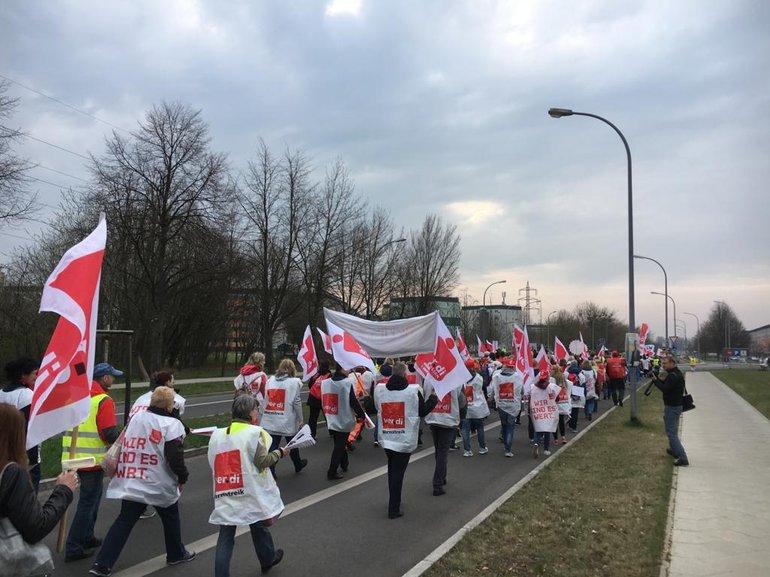 Sparkassenbeschäftigte beim Warnstreik zur TRÖD in Neuruppin (11.04.2018)