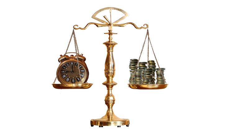 Waage zwischen Geld und Zeit