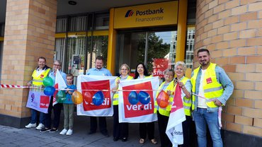 Streikposten vor Postbank-Filiale