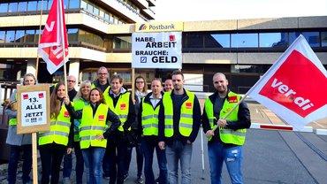 Streikposten bei der Postbank Direkt GmbH in Hannover