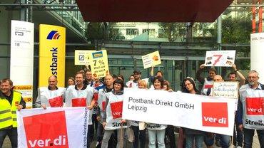 Streikende bei der Postbank Direkt in Leipzig