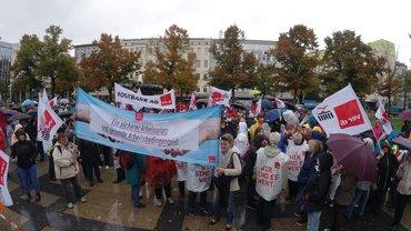 Streikdemo bei Starkregenin Berlin