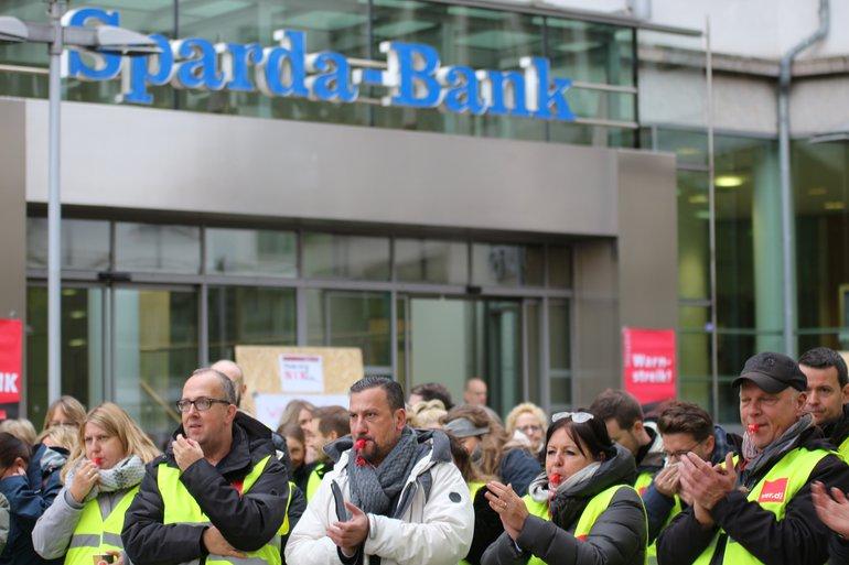 Tarifrunde Sparda: 135 streiken in Hannover