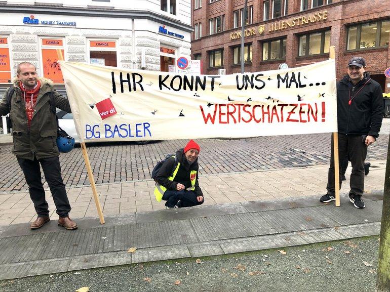 Streikende der Basler Versicherungen bringen in Hamburg ihren Unmut zum Ausdruck!