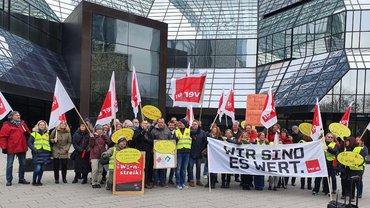Streikende der DB HR Solutions vor der Konzernzentrale in Frankfurt