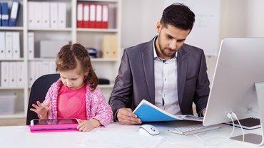 Kind Homeoffice Kinderbetreuung Mann Schreibtisch Computer