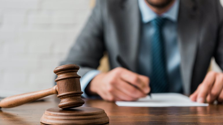 Richter sitzt am Schreibtisch