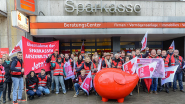 Aktive der Sparkassen protestieren für die Übernahme der Azubis