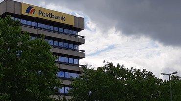 Dunkle Wolken über dem Postbank Standort in Hannover.
