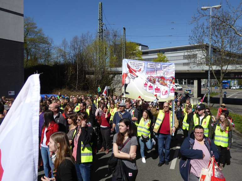 Sparkassenbeschäftigte beim Warnstreik zur TRÖD in Reutlingen (11.04.2018)