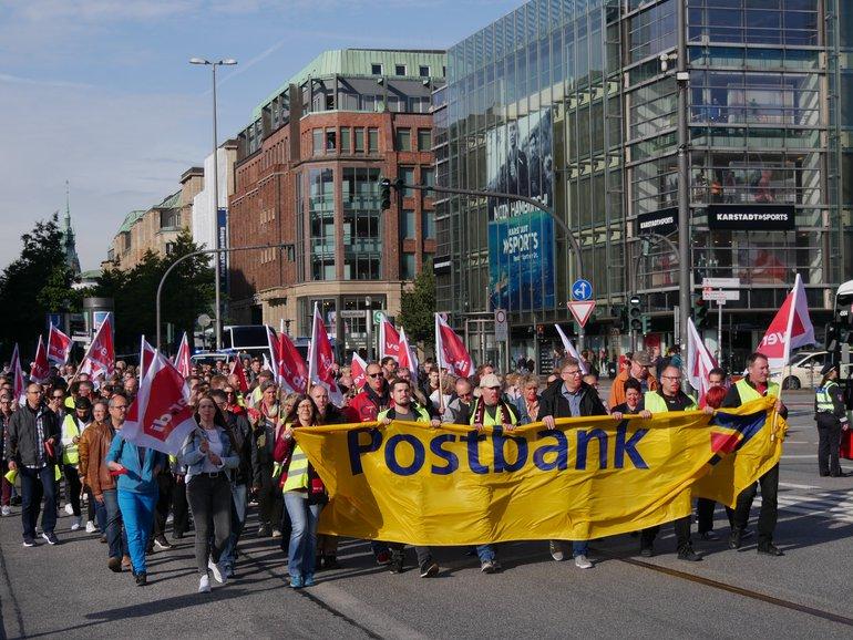 300 Beschäftigte der Postbank und des Postbank Filialvertrieb streiken in Hamburg