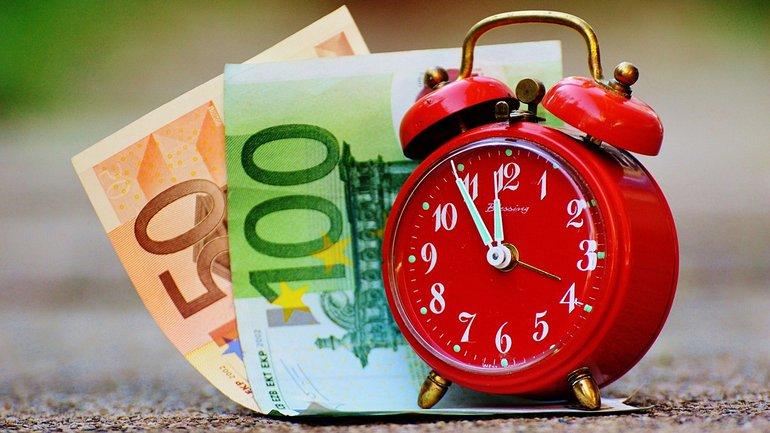 Zeit ist Geld Euro Münzen Geldscheine Wecker Uhr Uhrzeit