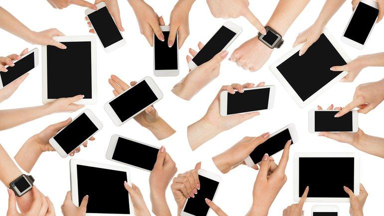Digitalisierung Tablet Smartphone Smartwatch Hände Gruppe Team