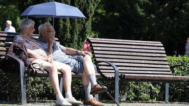 Seniorenpaar auf Parkbank
