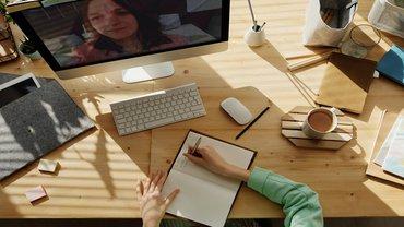 Frau Online Meeting Videokonferenz Corona Lernen Ausbildung Jugend